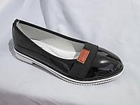 Туфли оптом для девочек, размер 31-37, лаковые с нашитой резинкой и кожаным лейблом, черные
