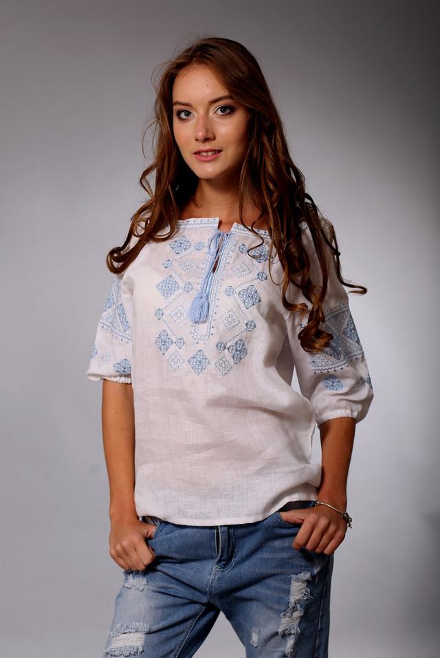 Женская вышиванка с голубым орнаментом