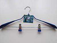 Вешалка металлическая c резиновым покрытием и усиленными плечиками для костюма с зажимами