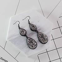 Стильные нарядные женские серьги с камнями серого цвета