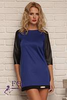 Короткое синее платье с черными рукавами
