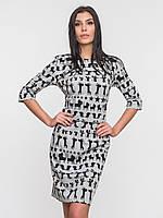 Приталенное серое платье с оригинальным принтом 90130
