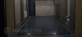 Подъемник укомплектован дренажной системой, которая предотвращает попадание грязи с машины в гараж.