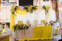 Оформление зала с желтым в медовом стиле