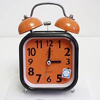Настольный квадратный будильник с плавающей стрелкой и с электромеханическим звонком. Цвет оранжевый.