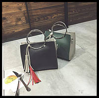 Двухцветная сумочка с ручками-кольцами и брелком. Стильный аксесуар. Хорошея цена. Дешево. Код: КГ114