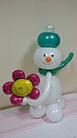 """Фигура из воздушных шаров """"Снеговик с подарком"""""""