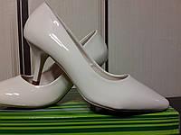 Лаковые туфли цвет айвори  на маленьком каблуке