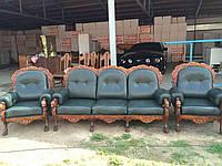 Комплект кожаной мебели из массива дуба в стиле барокко. Диван трёхместный и два кресла.