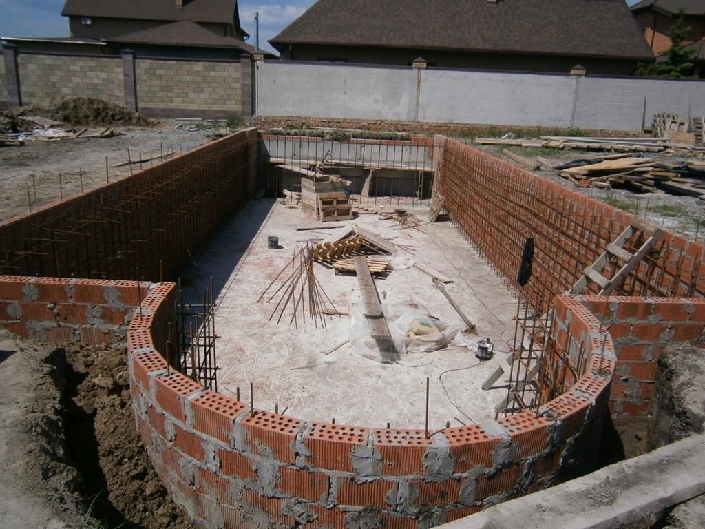 Возведение кирпичной окантовки бассейна в качестве несъёмной опалубки.