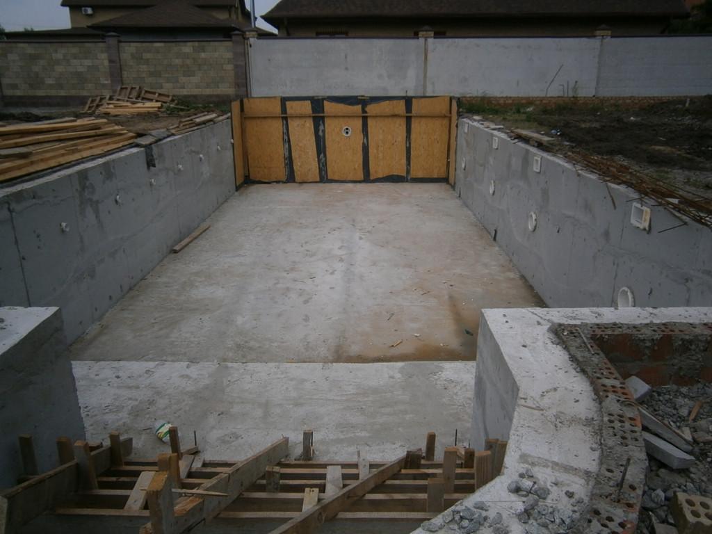 Снятие опалубки и начало устройства бетонных ступеней на спуске в бассейн.