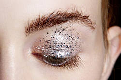 Let it shine: вісім варіантів сяючого макіяжу до свят