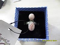Кольцо с натуральным камнем родохрозит в серебре.