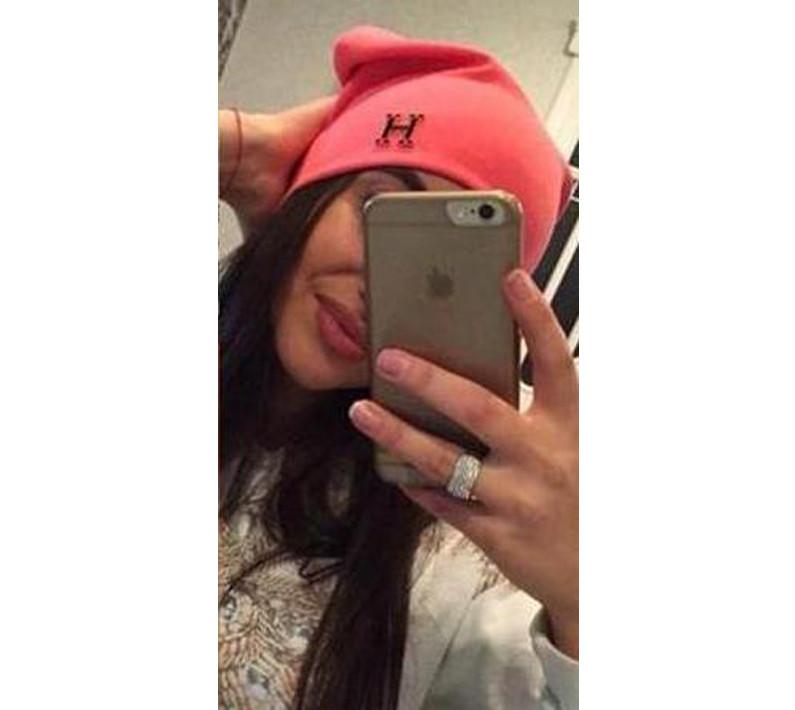 Женская шапка с эмблемой