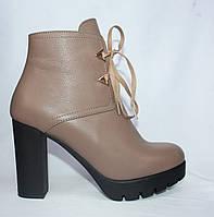 Бежевые кожаные весенние полусапожки на высоком каблуке на шнуровке и с молнией