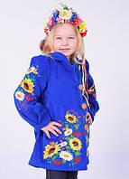 Стильно пальтишко для девочки украшено вышивкой
