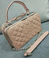 Маленькая женская сумка бежевого цвета Chan... Материал эко кожа. Размер 23х15