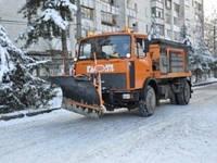 Песок весом 170 тонн за сутки на дороги Симферополя