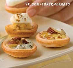 Тарталетки с сыром горгонзола и персиками -