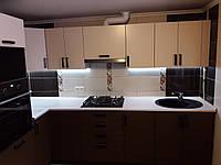 Кухня з фарбованими фасадами і духовою шафою., фото 1