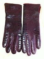 Кожаные бордовые  перчатки рисунок рептилия