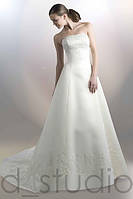 Свадебное платье, вышитое бисером со шлейфом.
