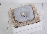 Детская подушка для новорожденных с держателем, серая в графитовую точку