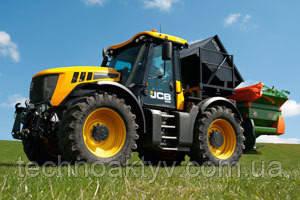 Трактор JCB Fastrac 3230 XTRA представляет собой идеальное сочетание высокой мощности, комфорта, замечательной эффективности, исключительной универсальности и лучшей в отрасли безопасности — эта машина позволяет достичь невероятного уровня производительности и повысить прибыльность.  JCB Fastrac является единственным в мире тяжелым трактором с системой подвески обоих мостов, которая обеспечивает непревзойденный комфорт для оператора, снижает степень уплотнения грунта, повышает тяговое усилие без резонансных колебаний и улучшает точность системы GPS на скорости до 40 км/ч. Кроме того, она делает возможной транспортировку машины на скорости до 80 км/ч, а безопасную остановку обеспечивает антиблокировочная тормозная система, как на грузовых автомобилях.  Модель JCB Fastrac 3230 XTRA обеспечивает высокие показатели мощности и крутящего момента — 172 кВт (230 л. с.) и 1015 Нм соответственно — и гарантирует превосходную производительность. 7,4-литровый двигатель машины развивает такую мощность на низких оборотах, обеспечивая отличную топливную экономичность и снижение уровня шума. 24-скоростная полуавтоматическая трансмиссия JCB P-TRONIC позволяет выбирать все требуемые передачи и точно настраивать число оборотов двигателя для оптимальной производительности или экономии топлива.  Помимо всего вышеперечисленного, в просторной, тихой и комфортабельной кабине трактора JCB Fastrac 3230 XTRA применяется широкий ряд современных технологий, также способствующих повышению производительности.