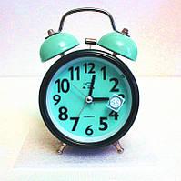 Настольный кварцевый стрелочный будильник с электромеханическим звонком.