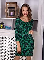 Яркое приталенное укороченное зеленое женское платье с цветочным орнаментом.