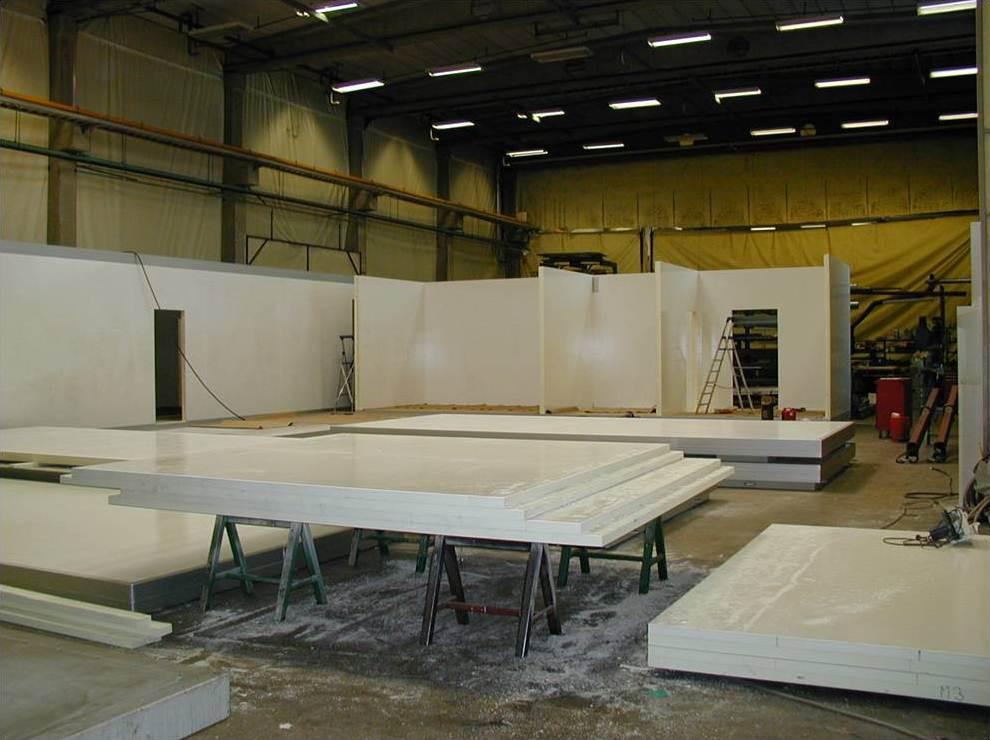 Сборка модулей производится на заводе Kometos в Финляндии. Начинается с монтажа наружных стен на подготовленном каркасе. Внутренняя высота модулей выполняется в соответствии с потребностями Заказчика
