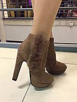 Стильные женские замшевые ботинки на высоком каблуку, декорированы натуральным мехом кролика. Бежевый цвет