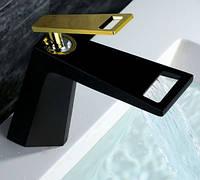 Смеситель кран однорычажный в ванную комнату для умывальника черный с золотом