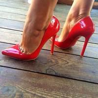 Красные лаковые туфли Christian Louboutin .