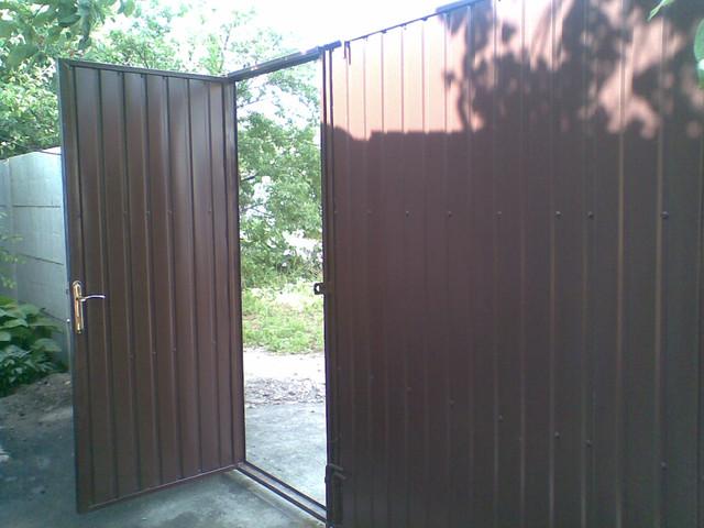 ворота из коричневого профнастила