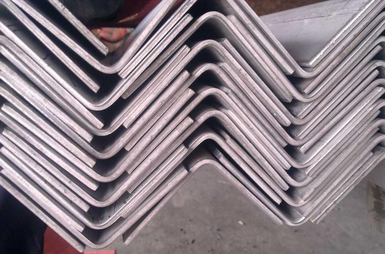 Уголок стальной горячекатаный 110х110х8мм ст.3пс