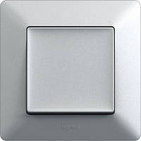 Розетки и выключатели серебристо-серого цвета – Алюминий