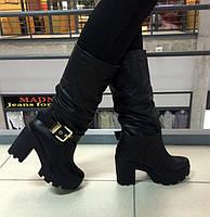 Женские демисезонные сапоги натуральная кожа на каблуках, декор золотой ремешок. Черный цвет