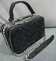 Женский клатч черного цвета с плечевым ремнем Chane... Материал эко замша. Размер 23х15.