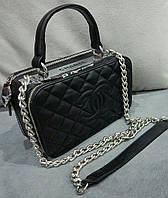 Женский клатч черного цвета с плечевым ремнем Chane... Материал эко кожа. Размер 23х15.