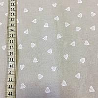 Ткань с мелкими белыми сердечками на бежевом фоне