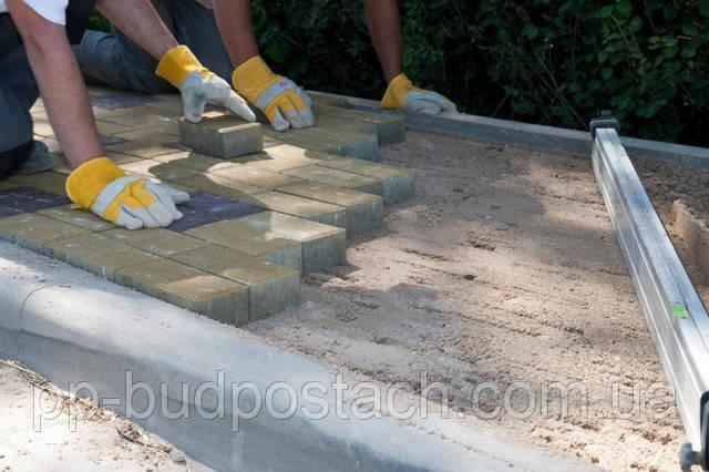 Укладання тротуарної плитки на пісок з цементом