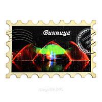 """Магніт у вигляді марки """"Вінниця: Фонтан у зелено-червоному кольорі"""""""