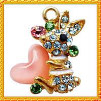 Подвеска - кулон зайчик со стразами с розовым сердцем, металл, цвет: золото, выс 20 мм. шир 15 мм. толщ 6 мм