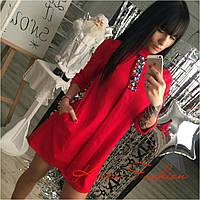 Стильное женское платье, декорировано камнями, цвет красный