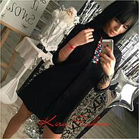 Стильное женское платье, декорировано камнями, цвет черный