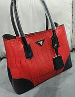 Женская сумка из эко кожи Pra.. красного цвета с черными вставками. Материал эко кожа. Размер 40х28