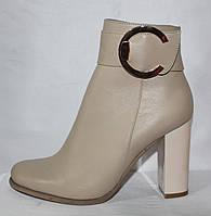 Стильные бежевые кожаные женские весенние полусапожки на высоком удобном каблуке с брошкою