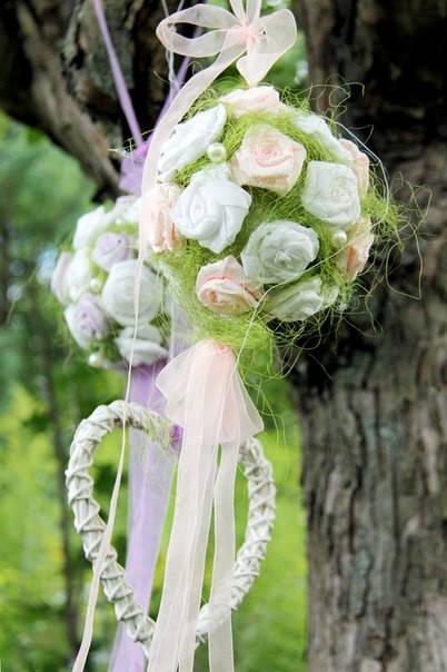 Подвесные шары из роз сделанных из креп-бумаги для декора фотосессии.