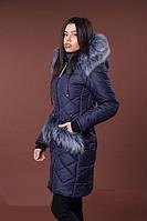 Стильная женская зимняя куртка с мехом на карманах и капюшоне.